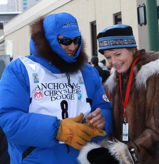 Sen. Murkowski and musher John Baker share a laugh.